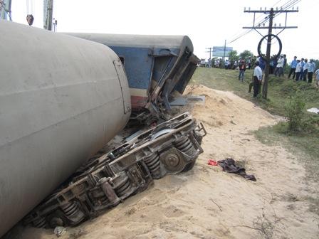 Tàu đâm đứt đôi xe tải: Đã đưa 3 toa tàu ra khỏi đường ray - 4