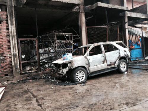Hà Nội: Cháy cửa hàng tạp hóa, nhiều ô tô bị thiêu rụi - 1