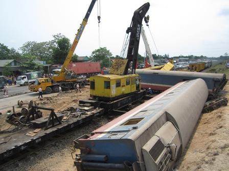 Tàu đâm đứt đôi xe tải: Đã đưa 3 toa tàu ra khỏi đường ray - 2