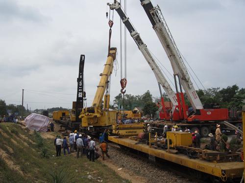 Tàu đâm đứt đôi xe tải: Đường sắt Bắc Nam vẫn tê liệt - 1