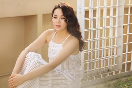 Hoa hậu Kỳ Duyên khoe vai trần với váy 2 dây - 1