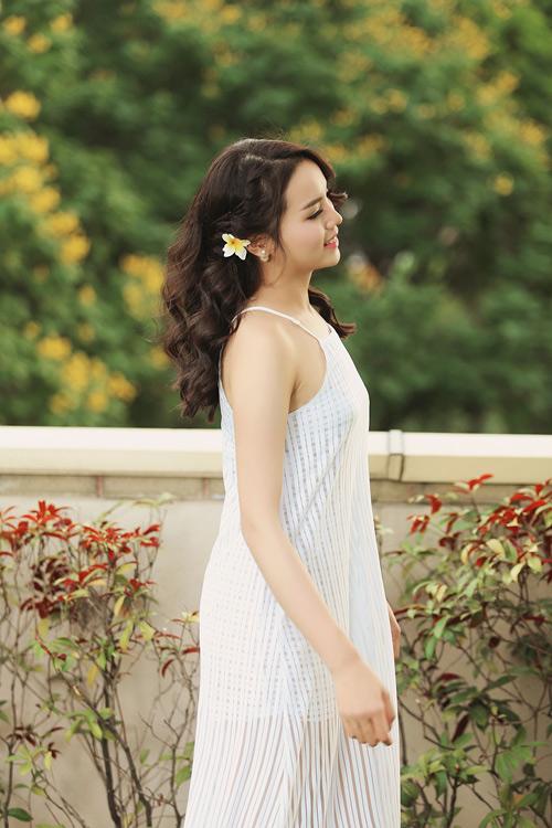Hoa hậu Kỳ Duyên khoe vai trần với váy 2 dây - 6