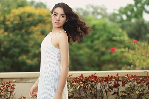 Hoa hậu Kỳ Duyên khoe vai trần với váy 2 dây - 5