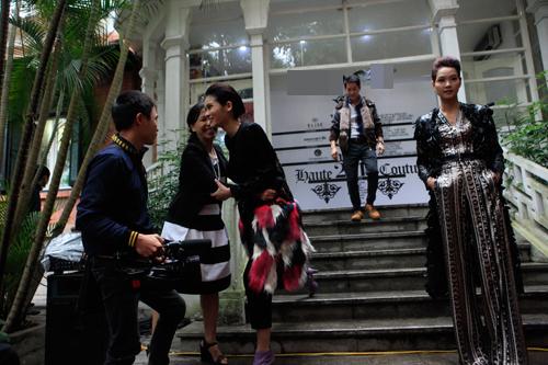 Mẫu Việt gặp tai nạn vì bậc thang trơn trượt - 2