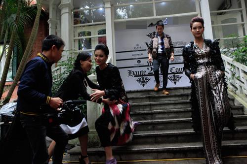 Mẫu Việt gặp tai nạn vì bậc thang trơn trượt - 1