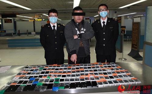 Bắt kẻ quấn 146 chiếc iPhone trong người nhập cảnh vào TQ - 1
