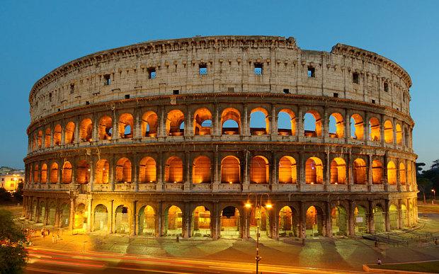 Hai du khách Mỹ bị bắt vì khắc tên lên đấu trường La Mã - 1