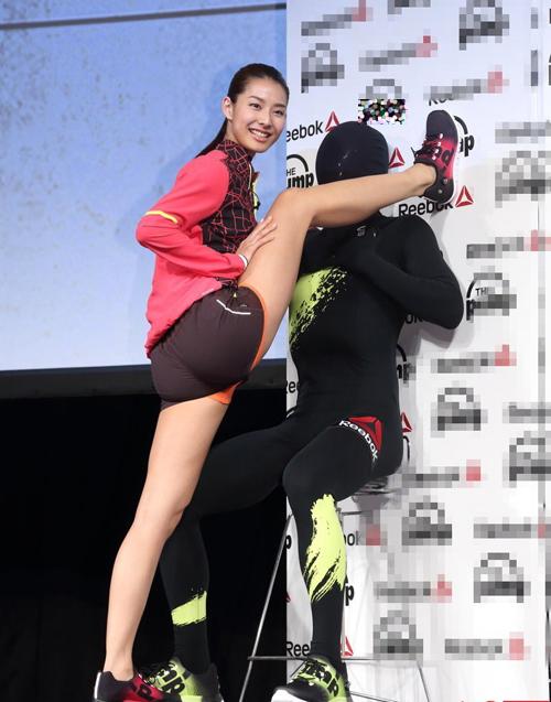 Mẫu Nhật mặc quần 5cm tạo dáng lạ quảng cáo giày - 2