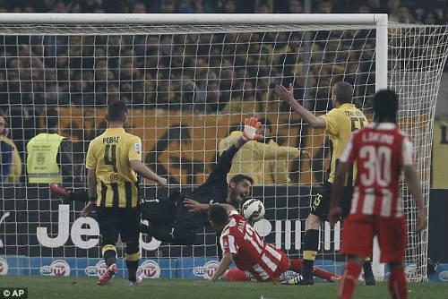 Ghi bàn phút cuối, fan cuồng xuống sân hành hung cầu thủ - 2