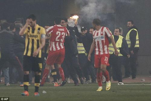 Ghi bàn phút cuối, fan cuồng xuống sân hành hung cầu thủ - 3