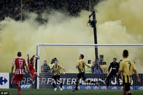 Ghi bàn phút cuối, fan cuồng xuống sân hành hung cầu thủ - 1