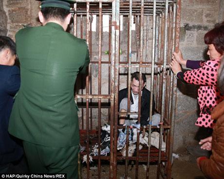 Trung Quốc: Mẹ nhốt con trong chuồng gà suốt 13 năm - 3
