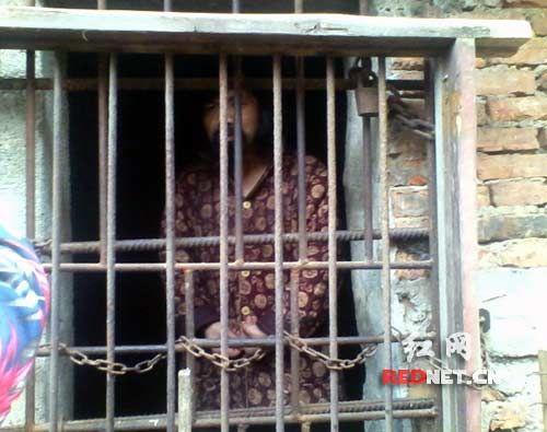 Trung Quốc: Mẹ nhốt con trong chuồng gà suốt 13 năm - 1