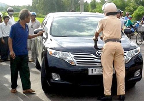 Khởi tố nữ cán bộ sở hất cảnh sát lên nắp ca-pô - 1