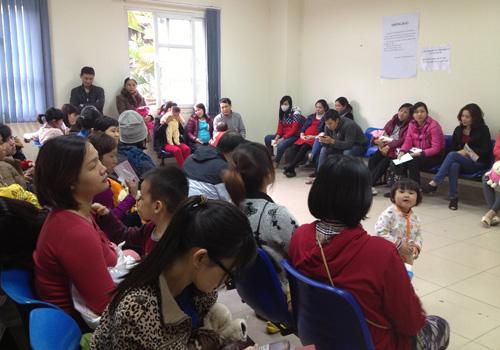 Hà Nội: Đổ xô đưa trẻ đi tiêm vắc-xin miễn phí - 4