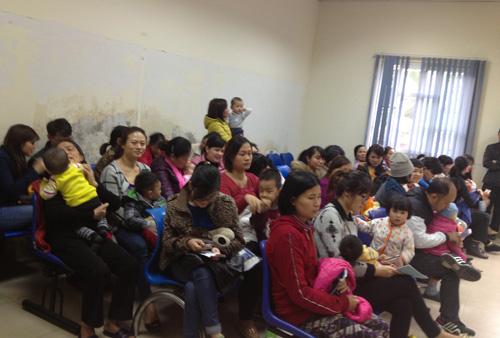 Hà Nội: Đổ xô đưa trẻ đi tiêm vắc-xin miễn phí - 2