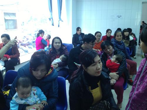 Hà Nội: Đổ xô đưa trẻ đi tiêm vắc-xin miễn phí - 3