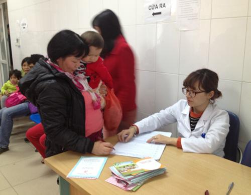 Hà Nội: Đổ xô đưa trẻ đi tiêm vắc-xin miễn phí - 5