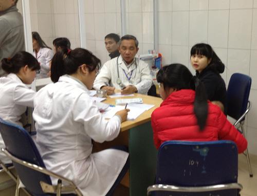 Hà Nội: Đổ xô đưa trẻ đi tiêm vắc-xin miễn phí - 6