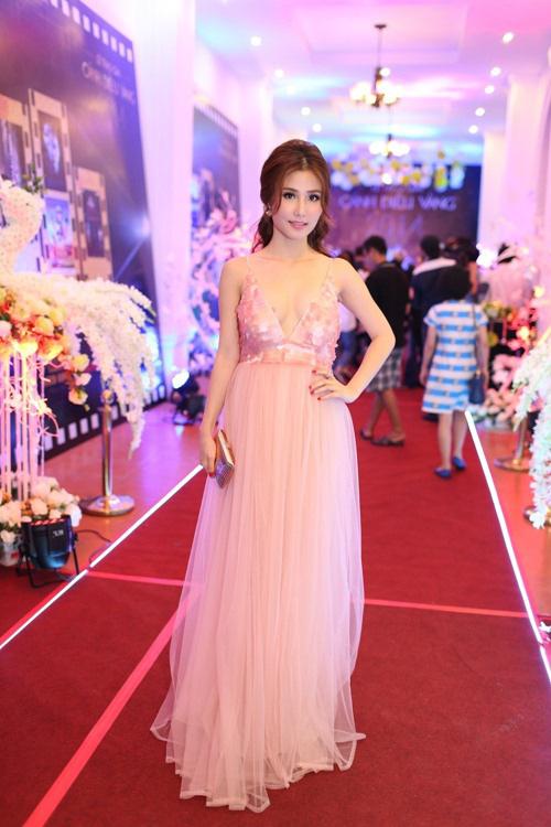 8 bộ váy gây tranh cãi của sao Việt tại liên hoan phim - 4