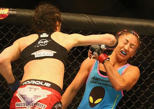 UFC: K.O đối thủ, nữ võ sĩ ghi tên vào lịch sử - 1