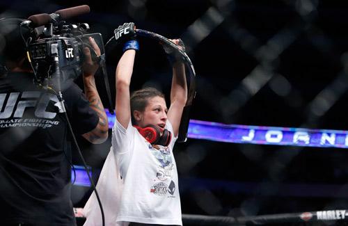 UFC: K.O đối thủ, nữ võ sĩ ghi tên vào lịch sử - 3