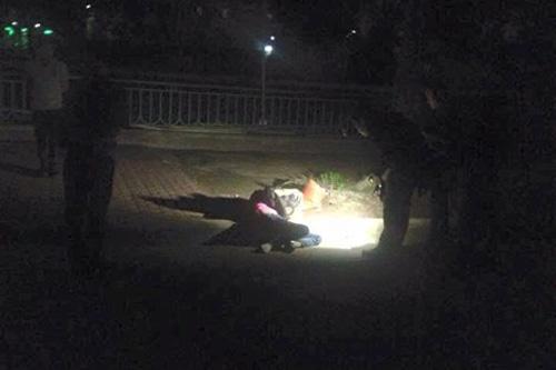 Một phụ nữ ngồi gục đầu chết bất thường bên hồ - 1