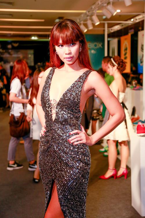 Chân dài Hà Anh quyến rũ cùng váy xẻ ngực - 3
