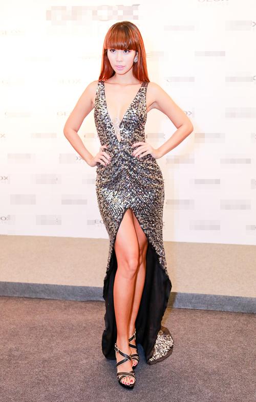 Chân dài Hà Anh quyến rũ cùng váy xẻ ngực - 1