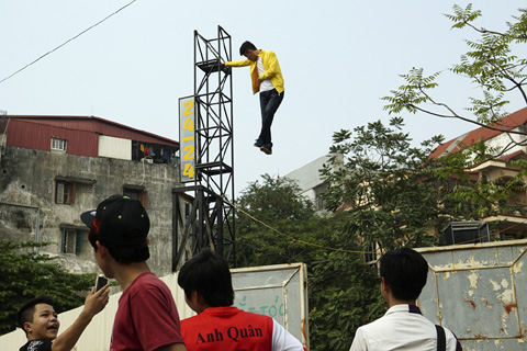 Clip chàng trai bay lơ lửng trên không trung ở Hà Nội - 2