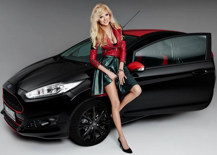 Agata đang tạo dáng bên chiếc Ford Fiesta Black Edition. Cô là một người đẹp người Ba Lan mới tròn 20 tuổi, sở hữu đôi mắt long lanh, dáng chuẩn cao 1.74 m và từng được bình chọn là Hoa hậu Internet năm 2014.
