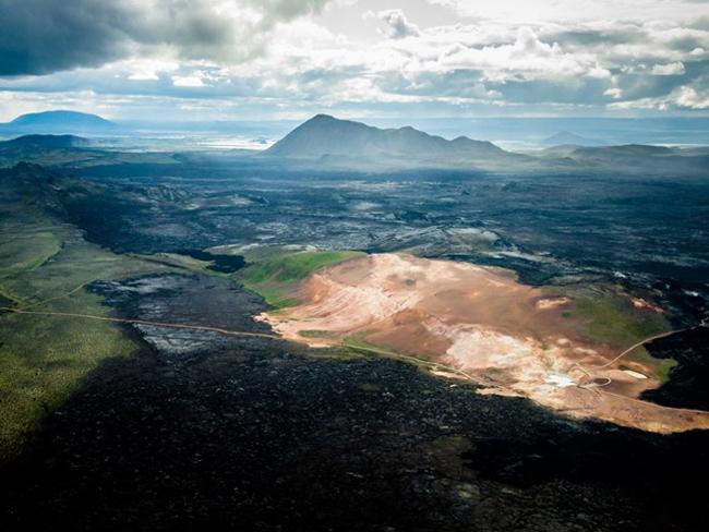 Iceland là một đất nước rất nhỏ (tương đương diện tích bang Kentucky, Mỹ) nhưng tại đây có nhiều cảnh vật rất đáng xem. Phần lớn đảo quốc này là một cảnh quan gồm những phiến đá dung nham gồ ghề, những thảo nguyên xanh rêu, suối nước nóng, thác cao chót vót, băng trôi và núi lửa.