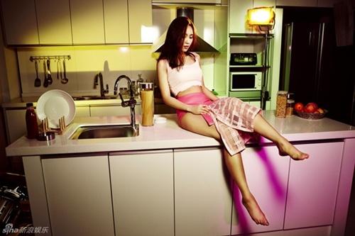 Fei (MissA) mất điểm khi mặc nội y ngồi trên bàn - 7