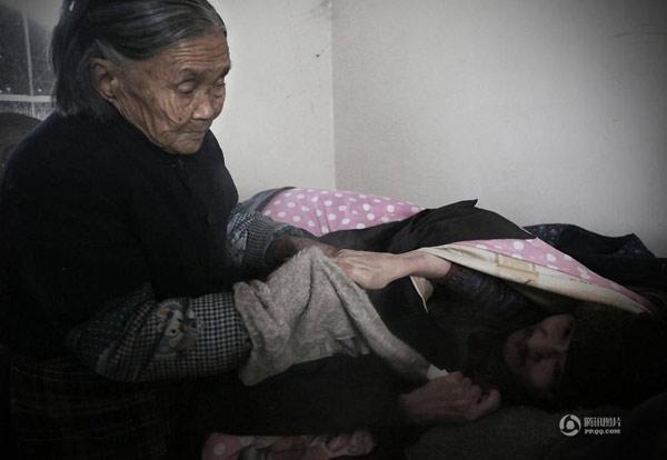 Người mẹ 90 tuổi chăm con trai bại não ròng rã 50 năm - 3