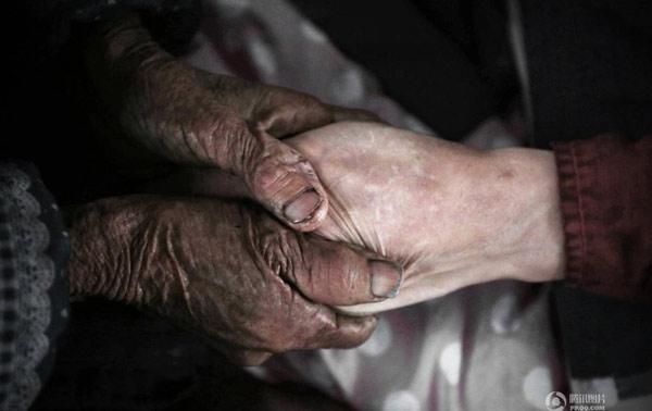 Người mẹ 90 tuổi chăm con trai bại não ròng rã 50 năm - 5