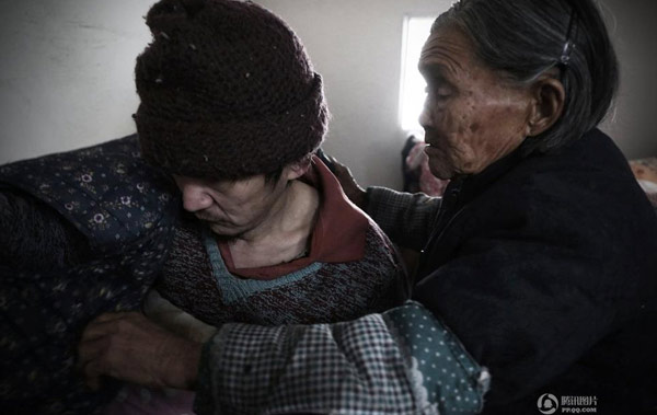 Người mẹ 90 tuổi chăm con trai bại não ròng rã 50 năm - 1