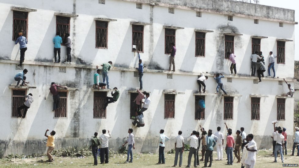 """Ấn Độ: """"Người nhện"""" trèo tường ném phao cho thí sinh - 1"""