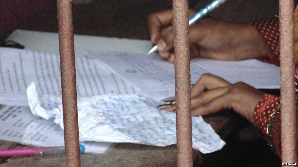 """Ấn Độ: """"Người nhện"""" trèo tường ném phao cho thí sinh - 4"""