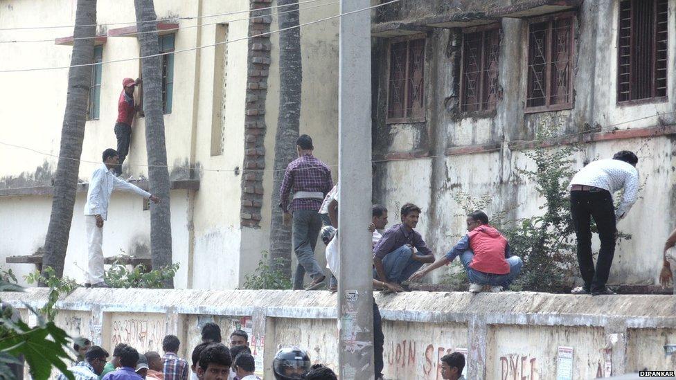 """Ấn Độ: """"Người nhện"""" trèo tường ném phao cho thí sinh - 5"""