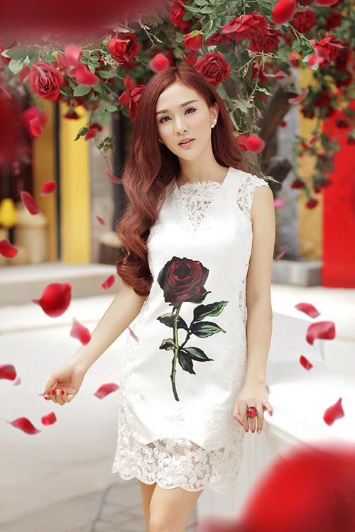 Hot girl Kelly mặc váy in hoa hồng giống của Docle - 1