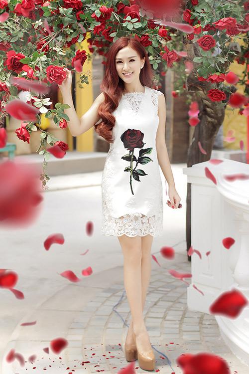 Hot girl Kelly mặc váy in hoa hồng giống của Docle - 2