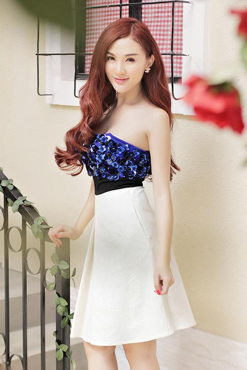 Hot girl Kelly mặc váy in hoa hồng giống của Docle - 6