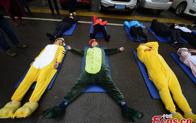 """Trung Quốc: """"Ngủ say như chết"""" hàng loạt giữa đường - 4"""