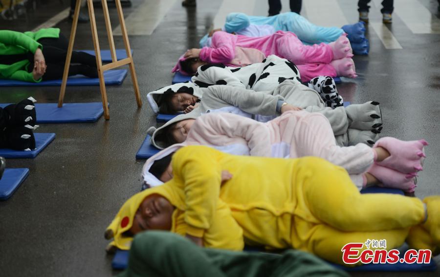 """Trung Quốc: """"Ngủ say như chết"""" hàng loạt giữa đường - 5"""