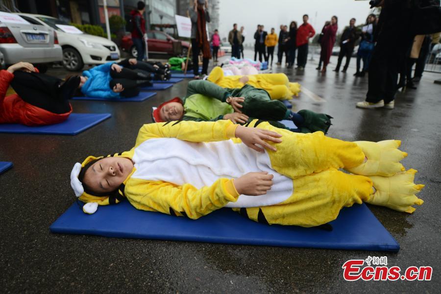 """Trung Quốc: """"Ngủ say như chết"""" hàng loạt giữa đường - 1"""