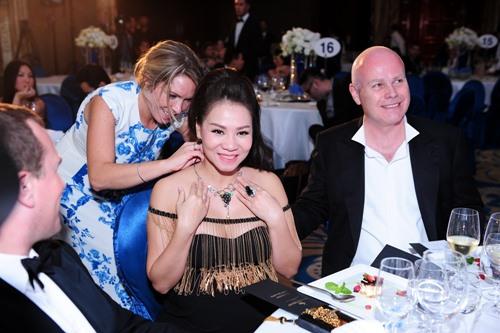 Chồng Thu Minh tặng vợ sợi dây chuyền 400 triệu - 2