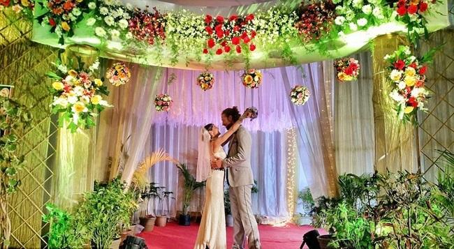 Theo Daily Mail, cặp vợ chồng người Mỹ,Cheetah Platt và Rhiann Woodyard,đã có một hành trình cưới ấn tượng vòng quanh thế giới nhưng họ chỉ tiêu tốn chưa tới 6.000 USD (khoảng 120 triệu đồng).