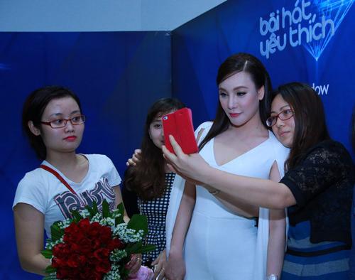 Hồ Quỳnh Hương khoe vóc dáng trẻ trung - 8