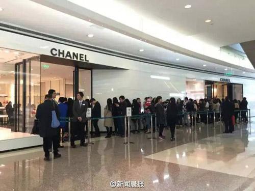 Người Trung Quốc xếp hàng đổ xô mua Chanel hạ giá - 1