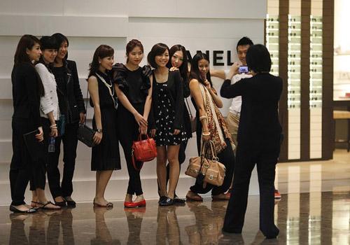 Người Trung Quốc xếp hàng đổ xô mua Chanel hạ giá - 5
